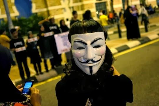 """Lebih 10,000 Lepasi Sekatan Polis, Teriak """"Turun"""" Di Dataran Merdeka"""