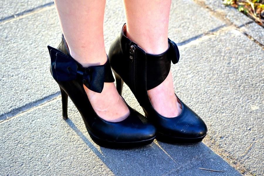 bow heels black
