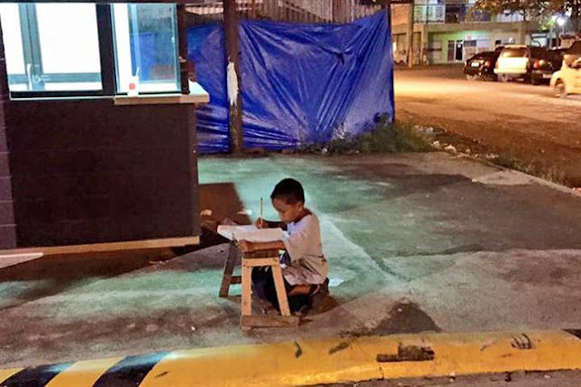 Una historia para compartir: Le sacaron una foto estudiando en la calle y gracias a eso consiguió una beca