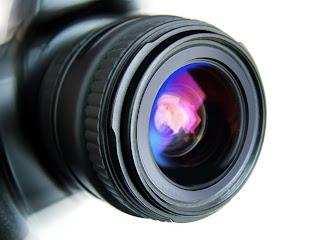 Un appareil photo en gros plan et avec un zoom.