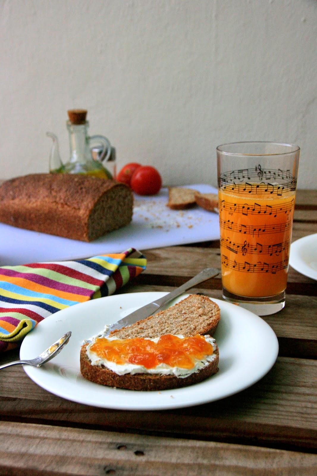 Desayuno dulce con pan de molde de salvado