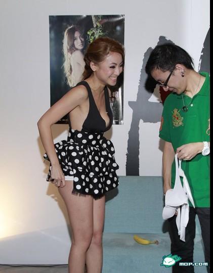 Gambar) Model Gloria Wong tanggalkan seluar dalm untuk peminatnya