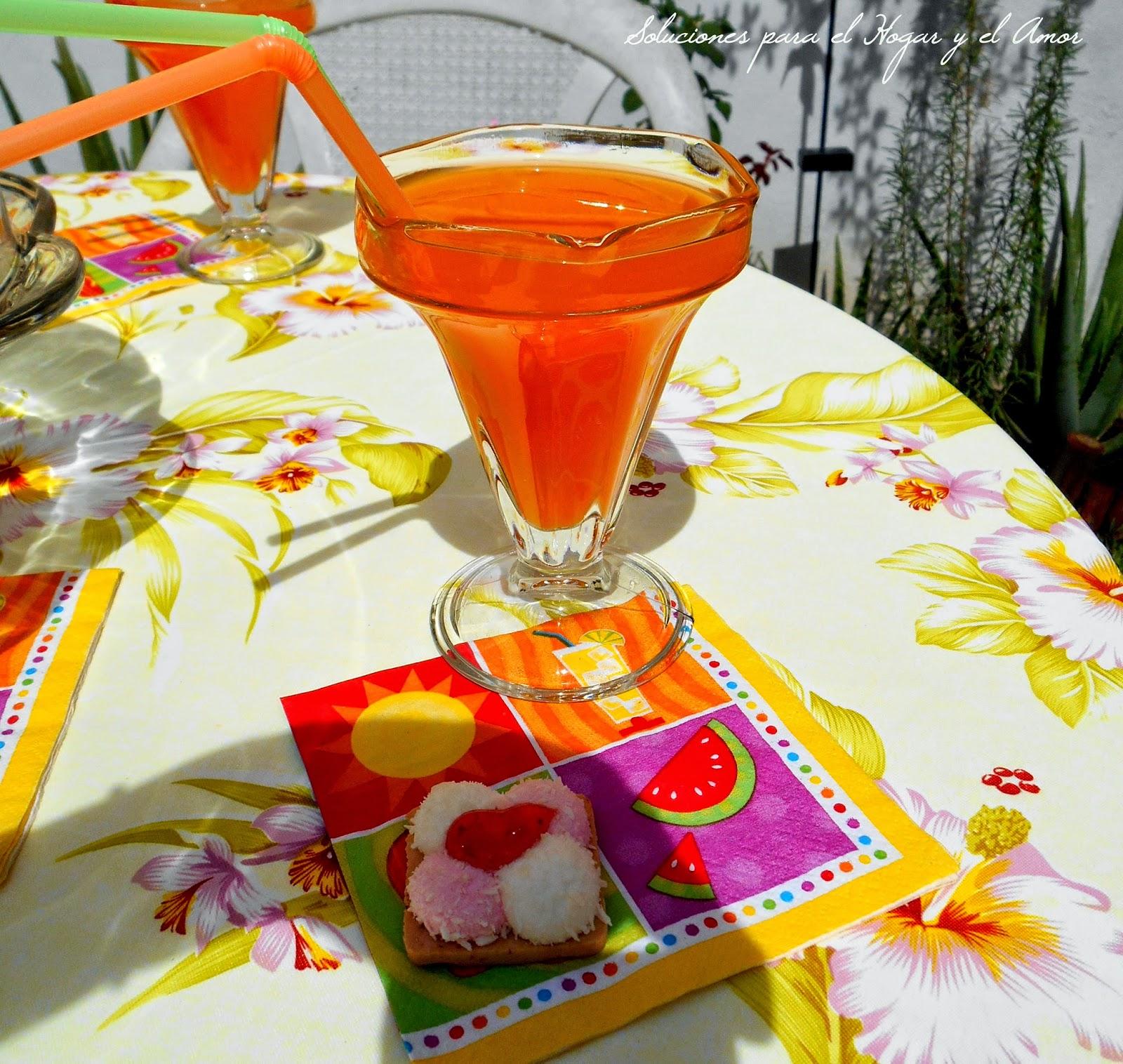 Jugo de mango, vasos con popote, pajilla, cañitas mesa servida en el jardín