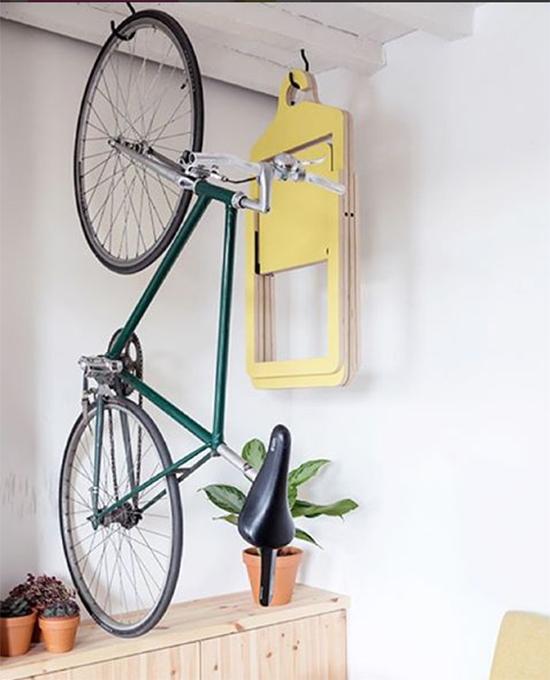 Cadeira dobravel, cadeira de madeira, cadeira na parede, bicicleta pendurada, Umbra Shift,