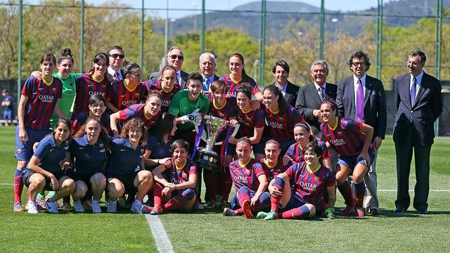 El Barça posa con la copa de la liga que dominó de principio a fin