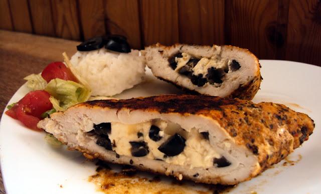 Filet drobiowy faszerowany serem feta i czarnymi oliwkami smażony w papirusie