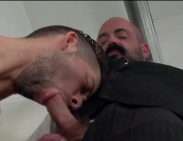 Careca barbudo tesudo visita ninfeto no banho e mete gostoso - Fotos e vídeo do cacete!