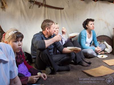 Зрители поедают лепешки на лекции в юрте