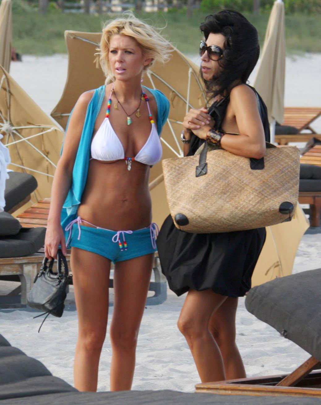 http://3.bp.blogspot.com/-zHIetLUufIE/TVyw-e7bI_I/AAAAAAAABi8/gXqZ0kh9mjk/s1600/tara-reid-bikini-shorts-blue-010.jpg