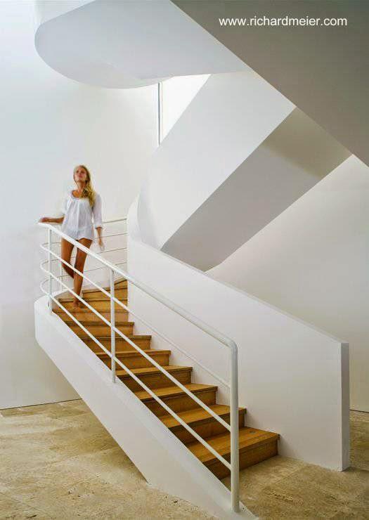 Escalera interior de concreto y madera
