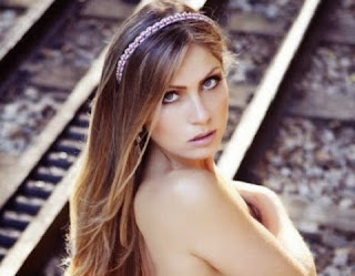 Renata D'Ávila deixou o público babando ao compartilhar em seu Instagram cliques em que aparece fazendo topless.