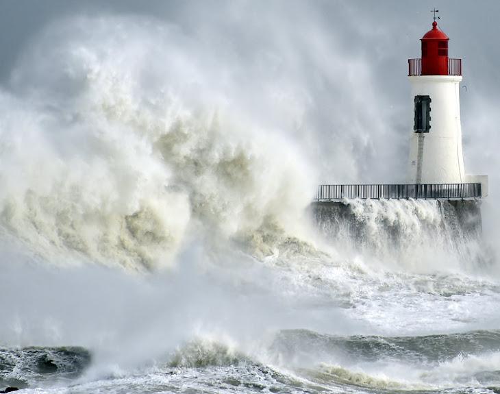 FOTO DO DIA:Fúria do mar Ondas quebram contra o cais e farol em Les Sables-d'Olonne, na França