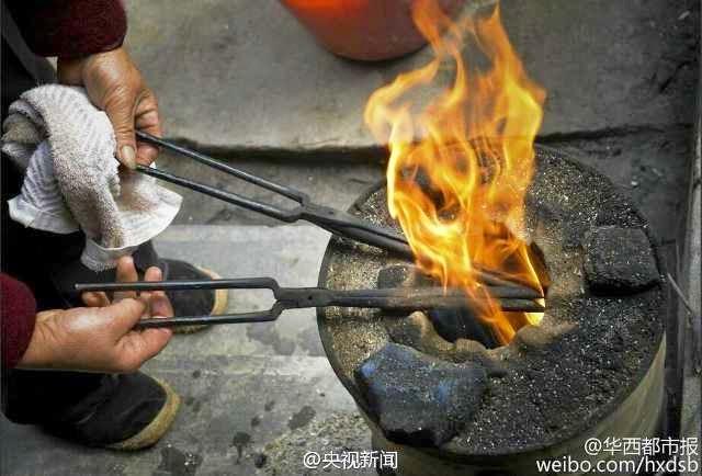 توضع الملاقط في النار لتحمر