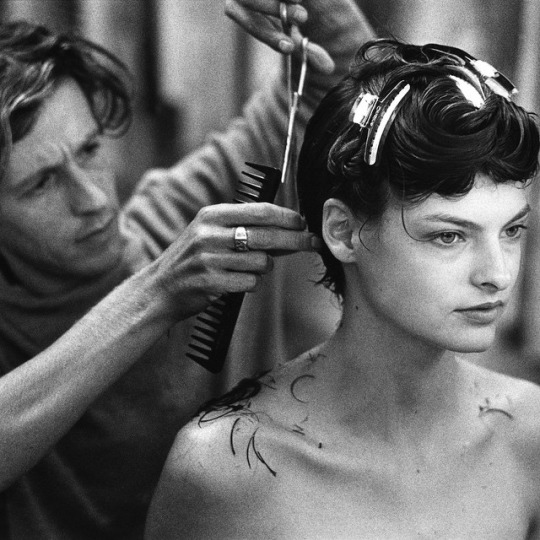 Julien Dys cuts Linda Evangelista's hair, photographed by Peter Lindbergh, 1989. behind-the-scenes