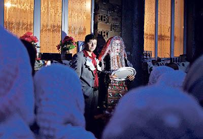 MEHMED AIUMANKOV bergambar bersama isterinya, Fetma Kuchikova di hadapan rumah mereka sewaktu majlis perkahwinan di kampung Ribnovo, Bulgaria.