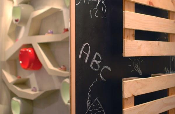 Detalle pizarra y palet Zapatería para niños Apple & Pie