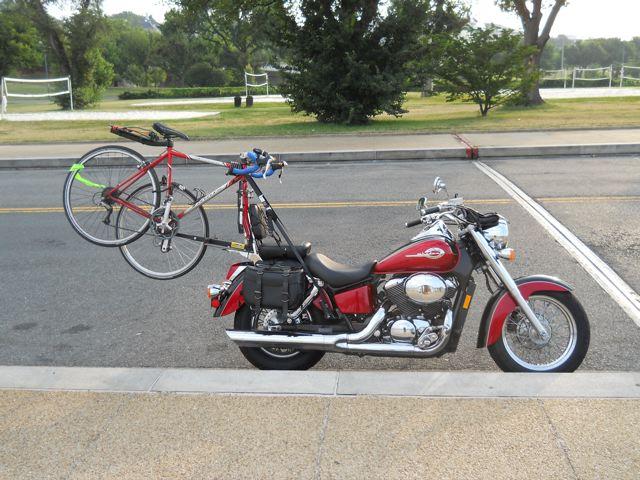 Bicicletas carregadas por motocicletas