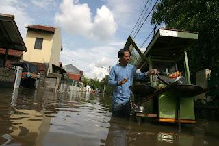 banjir yang berasal dari luapan air sungai cikalumpang ini merupakan banjir tahunan, banjir kali ini lebih besar di banding tahun sebelumnya