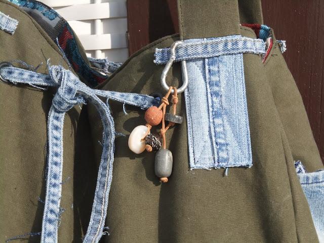 Beach-Bag mit Taschenbaumler aus Ohrringen