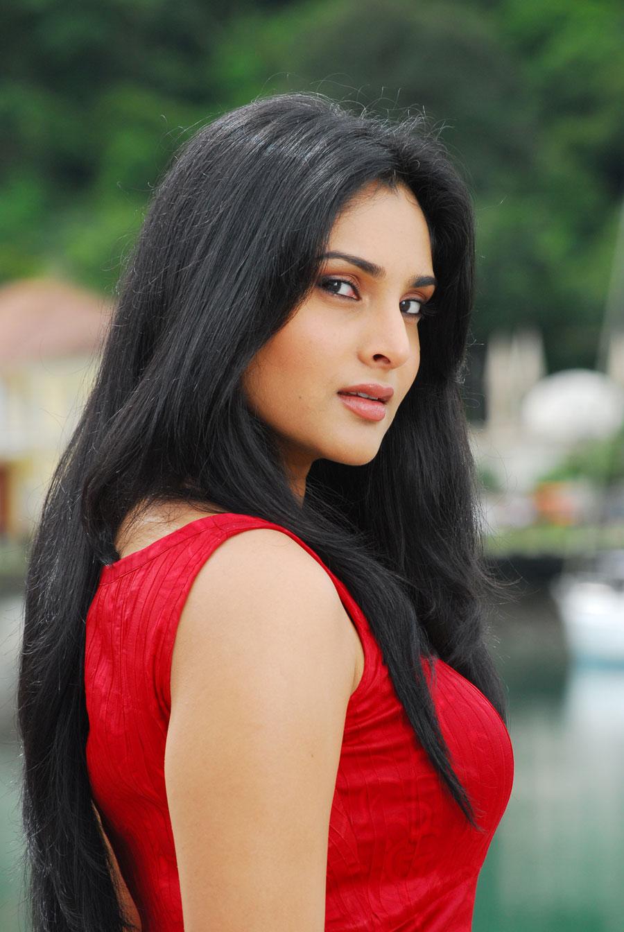 Ramya Hot Photos Stills From Kichcha Movie