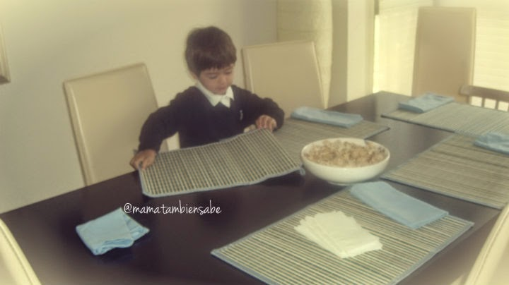 niño poniendo la mesa