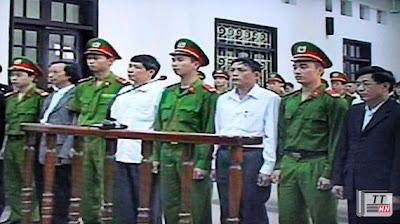 5 cựu quan chức trước vành móng ngựa vào sáng 8/4. Ảnh chụp qua màn hình: Hà Anh