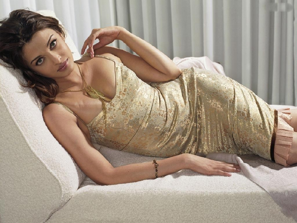 http://3.bp.blogspot.com/-zKc9-H_efrs/Tv1OmCz2JmI/AAAAAAAAASc/qo4rnTLQ1Us/s1600/hot-aishwarya-rai-wallpapers-72-_4982.jpg