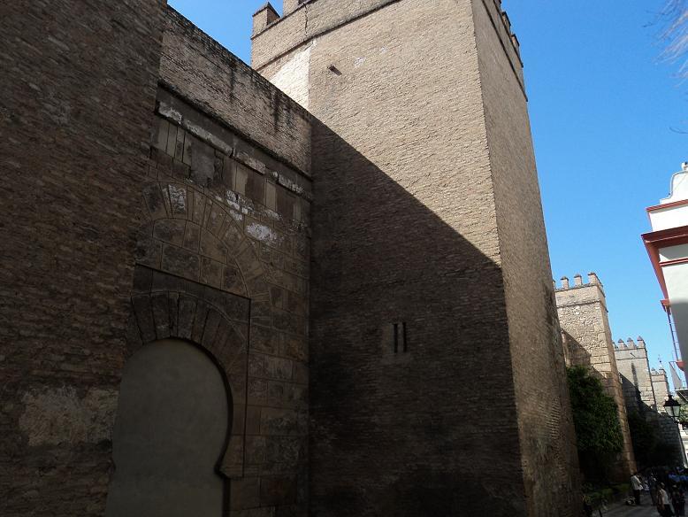 Sevilla oculta primitivo acceso al alc zar siglo xi for Muralla entre mexico y guatemala