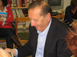 Manuel Espadafor Caba, firmando autógrafos(en sus libros) para sus seguidores-Noviembre 2011-