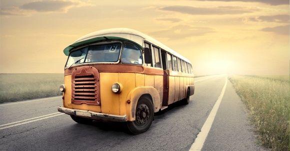 Autobús antiguo en carretera