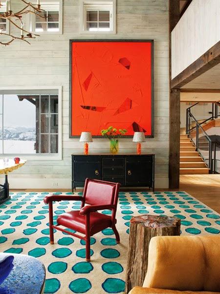 Kolorowy dywan w tle kominek