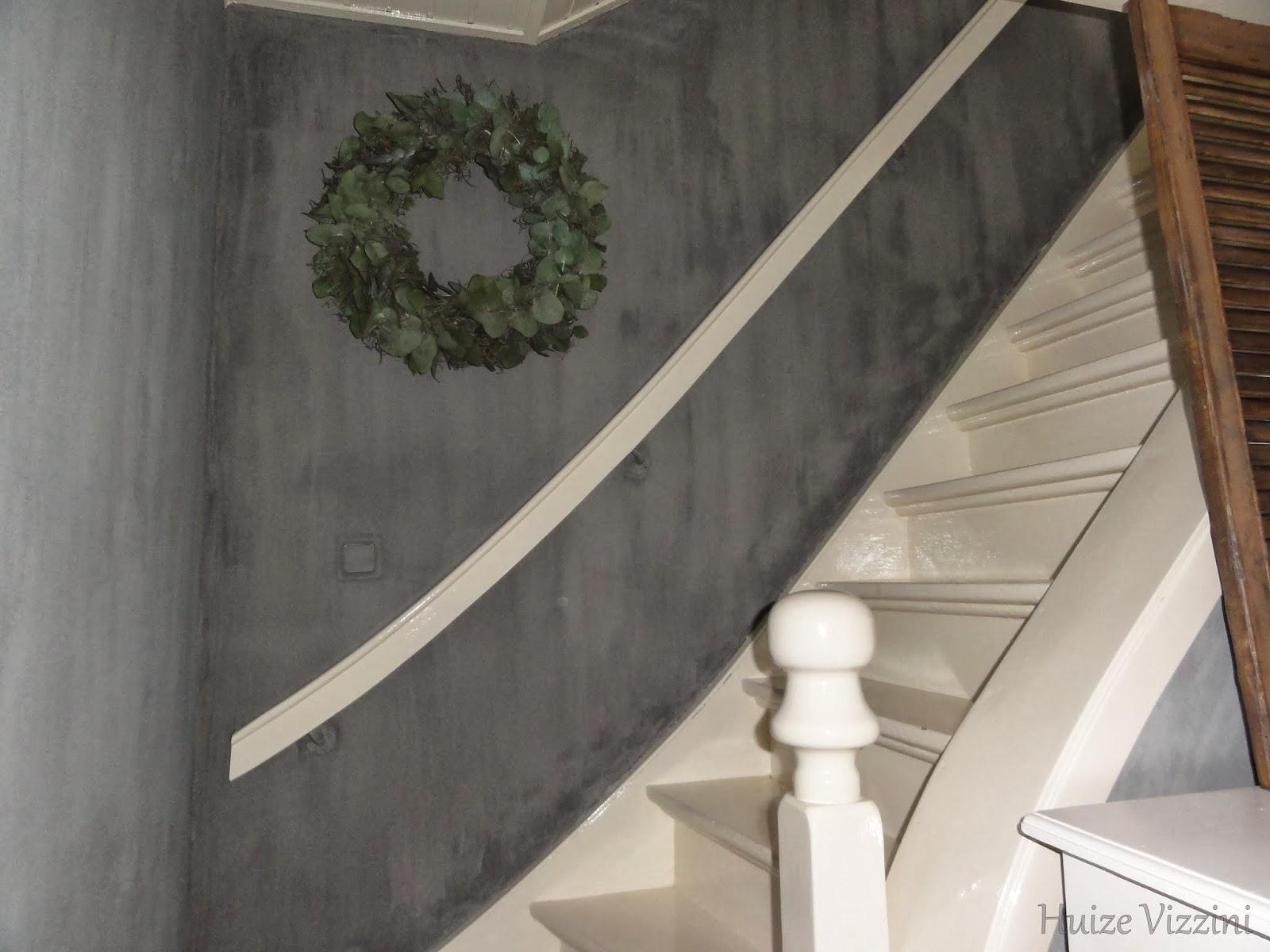 Robuuste sokkel betongrijs met stoere pot blikvanger in de hal potten vazen schalen - Decoratie interieur trap schilderij ...