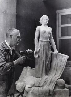 Hildo Krop in atelier aan het werk