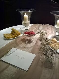 διακόσμηση γάμου τραπέζι ευχών με runner γλυκά και το βιβλίο ευχών