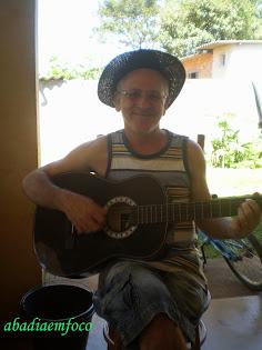 Companheiro tocando violão