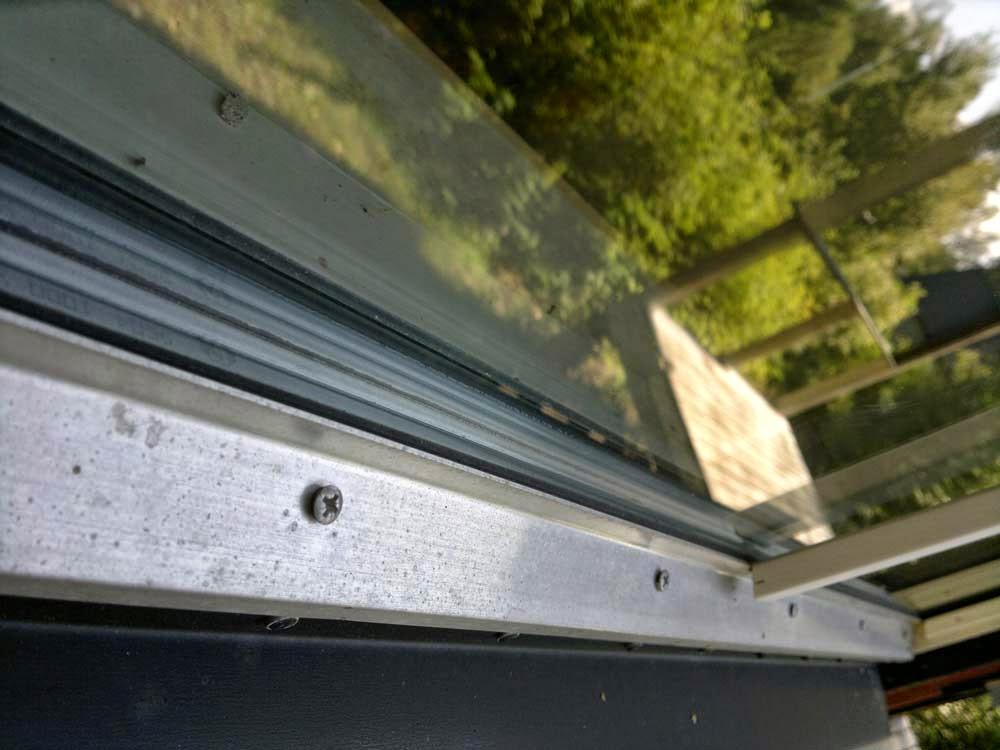 Fönstrena var bra i alla fall. Här sitter i alla fall vattenavledare. Bra. Här ser man också att läktpinnen ej ser ut att passa. På de flesta fönster saknade vattenavlening i toppen av fönstret och även längre ner på några av fönstren..