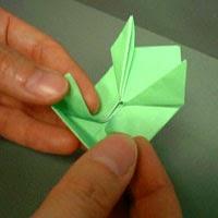 Bước 8: Chèm một ngón tay của bạn vào đỉnh trên của hình tứ giác (đỉnh trên cùng đường đứt đoạn hình vẽ dưới)