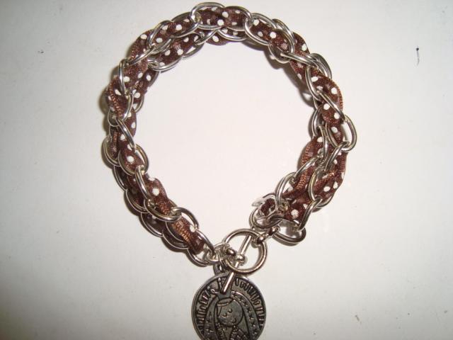 Pulsera en cadena de latony liston entrelazado con medalla de la virgencita y mensaje de \u0026quot;virgencita xfis cuidame mucho