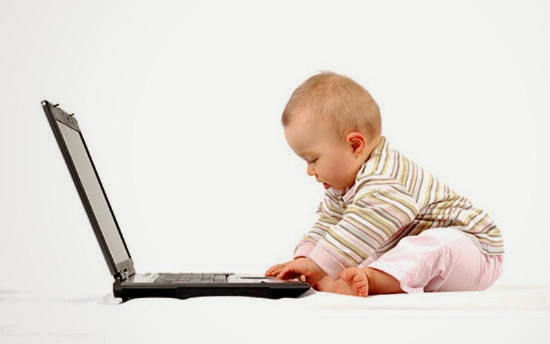 Bayi keren main laptop