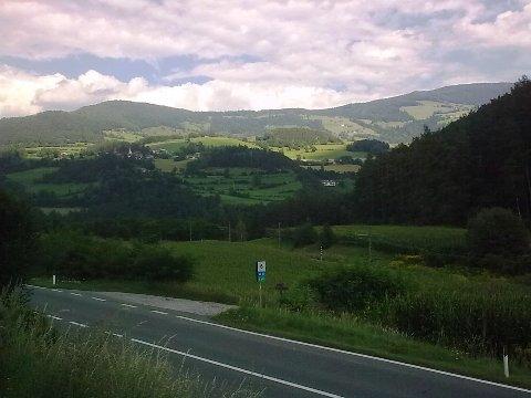 Vista della strada principale dalla ciclabile Brunico - Bressanone