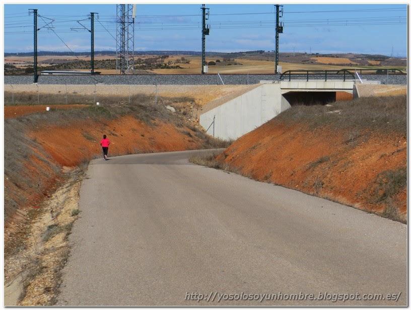 túnel para pasar por debajo de la vía del AVE