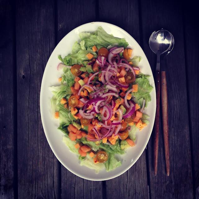 Salat med melon, chiliost & marinerede rødløg