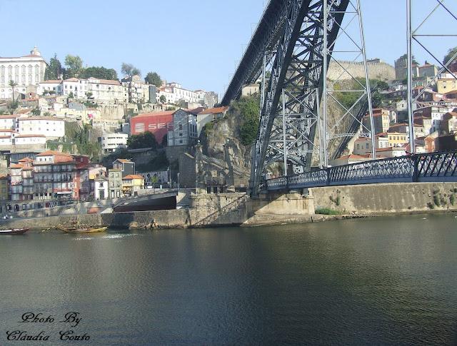 Uma fotografia da Ponte D. Luís a tocar as margens do Porto, considero que seja a ponte mais bela do país não apenas pela sua infraestrutura mas pela ligação das margens entre Vila Nova de Gaia e o Porto. Duas Margens que começarei a explorar.
