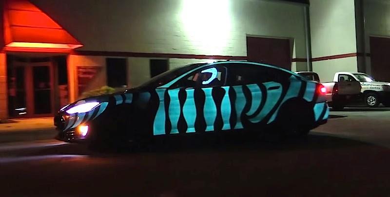 これはスゴい!全体が美しく光る特殊ペイントを施した「テスラ・モデルS」