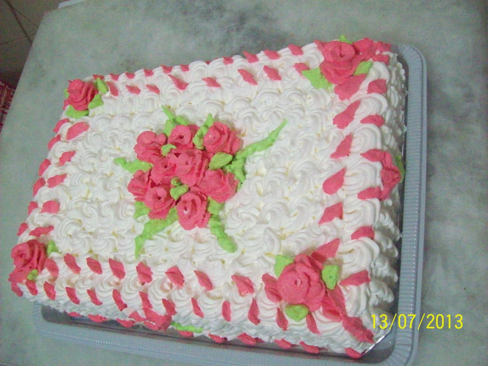 Nanda Bolos: BOLO DECORADO COM ROSAS DE CHANTILLY