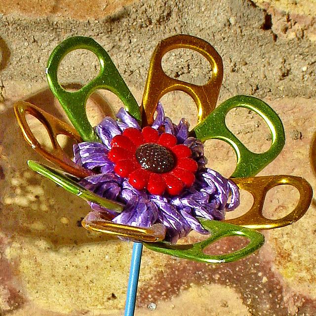 Upcycling: flores feitas com lacres de latinhas
