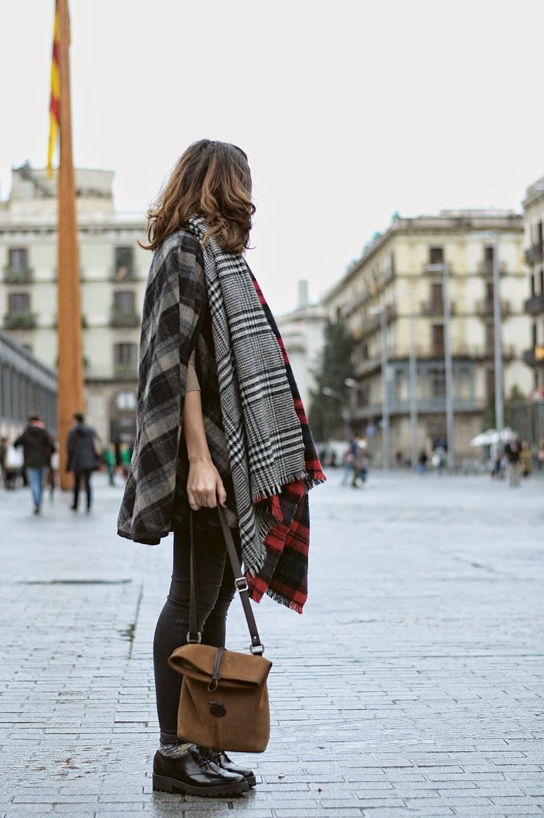 capa y bufanda Zara, Jeans Mango, Bolso El Potro, Pendientes H&M, calcetines Calcedonia, Zapatos Urban Outfiters