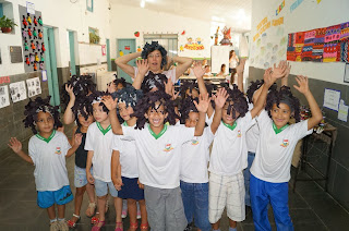 """A professora Sandra Mendes Ribeiro apresentou com seus alunos a música """"Olhos Coloridos"""" de Sandra de Sá"""