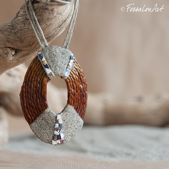 Ciondolo ovale in corda, sabbia e frammenti di conchiglie