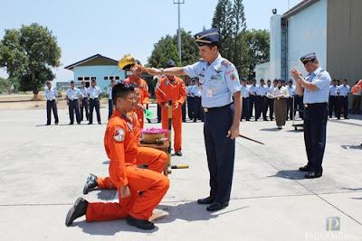 Komandan Lanud Iswahjudi Marsma TNI M. Syaugi menyiramkan air kembang kepada penerbang yang telah lulus terbang solo di depan Hanggar Skadron Udara 15, Selasa(04/09/2012) (Foto : Pentak Lanud Iswahjudi)
